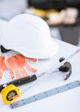 Göra en skiss av, den böjliga ruller, hjälmen och hammaren Arkivfoto