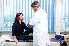 Göra för doktor som är ultraljuds- på patient i kirurgi Arkivfoto