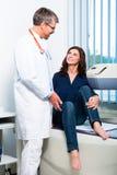 Göra för doktor som är ultraljuds- på patient i kirurgi Arkivbild