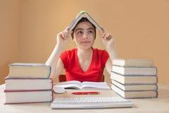 göra flickan henne läxa Skolböcker på skrivbordet, utbildningsbegrepp Ung flicka som hemma gör kurser Royaltyfri Foto