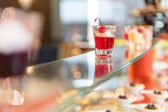 Göra gelé av coctailen för efterrätten för fruktrecept den söta för att tjäna som på exponeringsglas royaltyfri fotografi