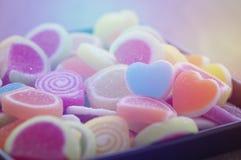 Göra gelé av den söta godisen, anstrykningfrukt, efterrätten som är färgrik, fokusen på hjärtaform och begreppet i dag för valent arkivbilder