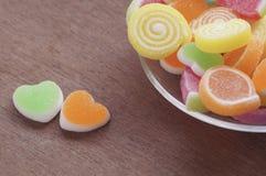 Göra gelé av den söta godisen, anstrykningfrukt, efterrätten som är färgrik, fokusen på hjärtaform och begreppet i dagen för vale Arkivbild