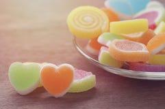 Göra gelé av den söta godisen, anstrykningfrukt, efterrätten som är färgrik, fokusen på hjärtaform och begreppet i dagen för vale Arkivbilder
