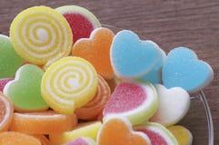 Göra gelé av den söta godisen, anstrykningfrukt, efterrätten som är färgrik, fokusen på hjärtaform och begreppet i dagen för vale Arkivfoto