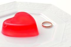 Göra gelé av hjärtor för valentindag arkivfoton