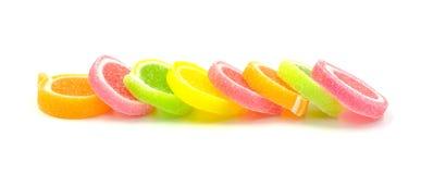 Göra gelé av sötsaken, anstrykningfrukt, godisefterrätten som är färgrik på vit backg Arkivfoton