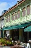 Göra grön den färgade koloniala arabiska fjärdedelen för fönster och för slutare, Singapore Royaltyfri Foto