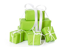 Göra grön isolerade gåvaaskar som binds med det vita bandet för jul Fotografering för Bildbyråer