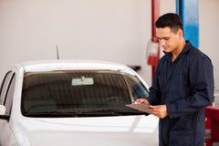 Göra initial kontroll av en bil arkivfoton