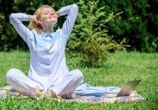 Göra klar din mening Flickan mediterar på bakgrund för natur för äng för grönt gräs för filt Fyndminut som ska kopplas av avslapp royaltyfri fotografi