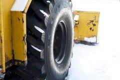 Göra klar förbi grävskopan av snödrivor Royaltyfria Bilder