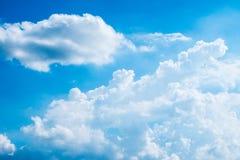 Göra klar upp moln för blå himmel och vit royaltyfri bild