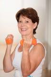 göra konditionpensionärkvinnan Royaltyfri Fotografi