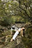 göra kvinnayoga Fotografering för Bildbyråer