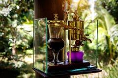 Göra legendariskt kaffe, Kopi Luwak, i en tappningsifon bali indonesia royaltyfria bilder