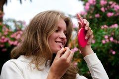 göra makeupkvinnabarn Arkivbild