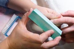 göra manicurekvinnan processen av att skapa en manikyrhandnärbild omsorgsbomullsfingernailen spikar att ta bort swabfernissa royaltyfria foton