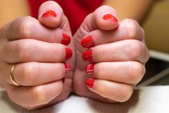göra manicurekvinnan processen av att skapa en manikyrhandnärbild omsorgsbomullsfingernailen spikar att ta bort swabfernissa royaltyfri foto