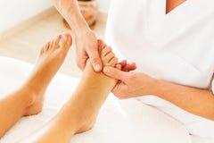 Göra massage och osteopathy royaltyfri bild