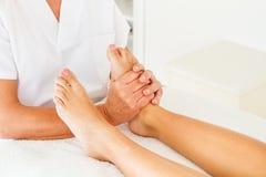 Göra massage och osteopathy arkivbilder