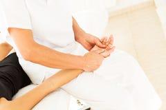 Göra massage och osteopathy royaltyfria foton