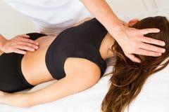 Göra massage och osteopathy arkivbild
