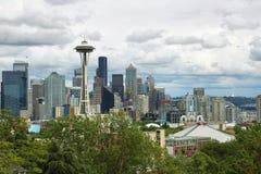 Göra mellanslag visaren och andra byggnader av Seattle horisont Arkivfoton