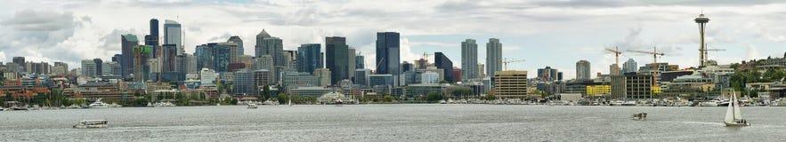 Göra mellanslag visaren och andra byggnader av Seattle horisont Royaltyfri Fotografi