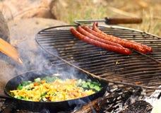 Göra omelett utomhus- Royaltyfria Bilder
