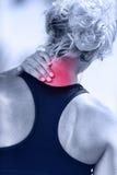 Göra ont halsen - den kvinnliga löparevisningen smärtar med rött royaltyfria bilder