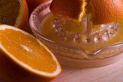 Göra orange fruktsaft hemmastadd Fotografering för Bildbyråer
