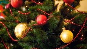 Göra perfekt bilden för jul som annonserar med färgrika struntsaker och girlander arkivfoto