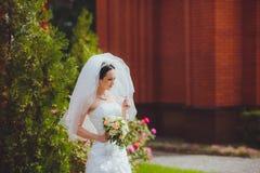 Göra perfekt den slanka bruden i lyxig bröllopsklänning Royaltyfri Foto
