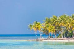 Göra perfekt den stillsamma strandplatsen, mjuk solljus- och vitsand och det blåa ändlösa havet som tropiskt landskap arkivfoton