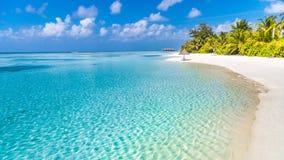 Göra perfekt den stillsamma strandplatsen, mjuk solljus- och vitsand och det blåa ändlösa havet som tropiskt landskap fotografering för bildbyråer