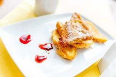 Göra perfekt frukosten med franskt rostat bröd och orange fruktsaft Royaltyfria Bilder