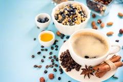 Göra perfekt frukosthavremjölet med blåbär Sunt äta för den hela familjen Wood bakgrund fotografering för bildbyråer