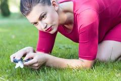 Göra perfekt gräsklipp royaltyfria bilder