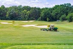 Göra perfekt krabb jordning med grönt gräs på ett golffält Royaltyfri Fotografi