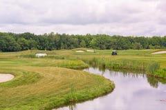 Göra perfekt krabbt gräs på ett golffält Arkivfoto