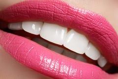Göra perfekt leendet före och efter som bleker Tandvård- och blekmedeltänder Leende med vita sunda tänder Sunda kvinnatänder Arkivfoto