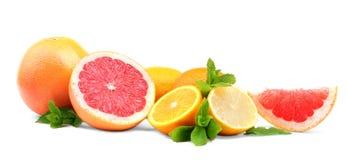 Göra perfekt mogna, saftiga nya citrusfrukter med ljust - gräsplansidor av mintkaramellen, på en vit bakgrund Royaltyfri Foto