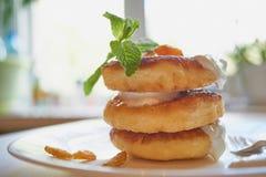 Göra perfekt morgonen frukost av valda läcker pannkakabunt Arkivbild