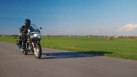 Göra perfekt ritten - cykeln, vägen och himlen arkivfilmer