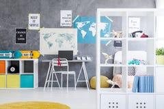 Göra perfekt rum för en tonåring royaltyfria bilder