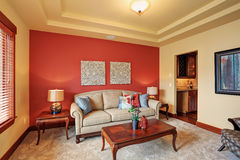 Göra perfekt rum med den enkla röda väggen Arkivfoton