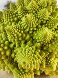 Göra perfekt spiralen, broccoliromanesco Arkivfoto