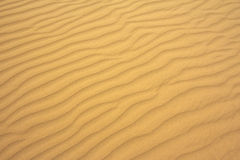 Göra perfekt textur av sandvågor modell av sand på stranden arkivbild