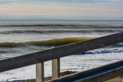 Göra perfekt vågen på en solig dag med förgrundsbakgrundsbohkeh Royaltyfri Foto
